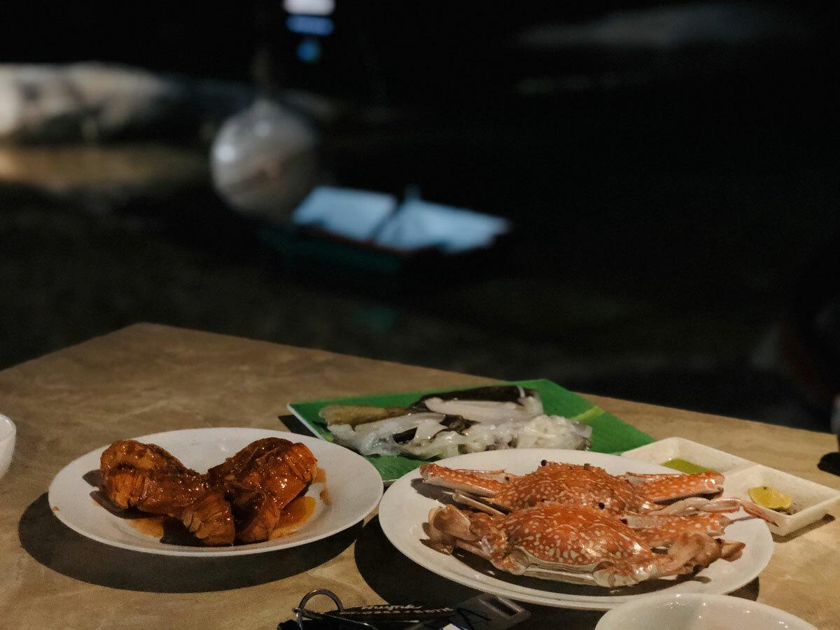 Tại nhà nghỉ, khách được phục vụ đồ ăn mức giá 120.000 đồng một người. Khách có thể đi chợ hải sản cách đó không xa để mua hải sản và mang về yêu cầu nhân viên nhà nghỉ chế biến, phí tầm 50.000 đến 70.000 đồng tính theo một kg. Với mức này, khách cũng có thể chọn món và ăn ngay tại chỗ bán ngoài chợ hoặc tại số ít hàng quán ven biển. Ảnh: NVCC