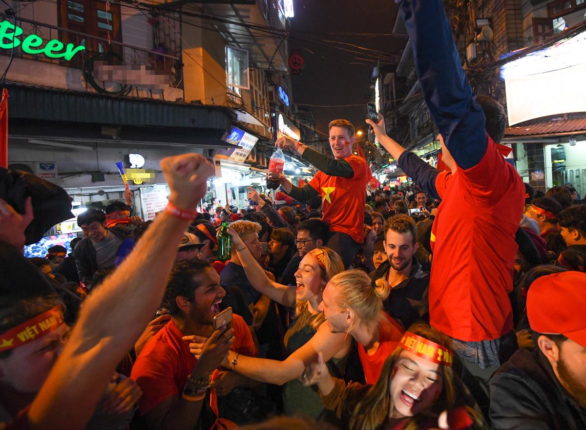 Người dân cùng du khách hòa niềm vui trong sau những trận bóng đá. Ảnh: Kiều Dương.