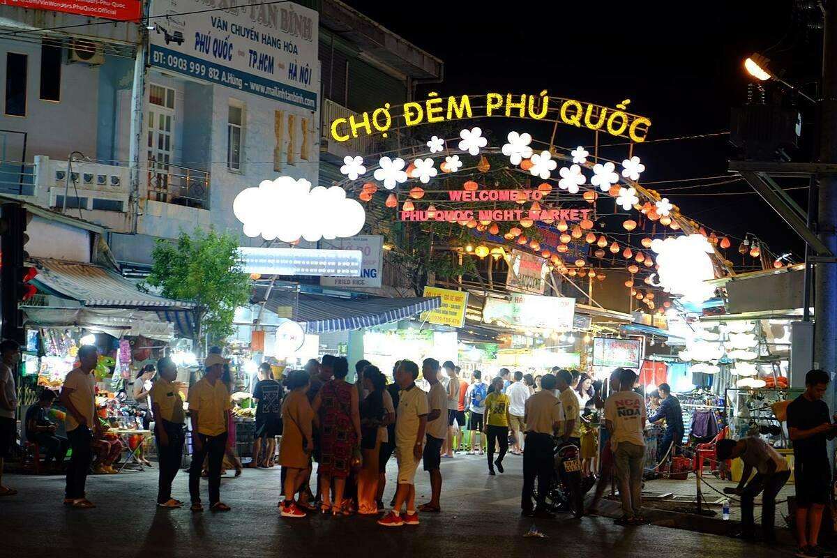 Du khách trong nước đã quay lại các điểm đến được cho là tiền đề để đón khách quốc tế. Trong ảnh, khách đến chợ đêm Phú Quốc đông trở lại vào ngày cuối tuần giữa tháng 5. Ảnh: Khánh Trần.