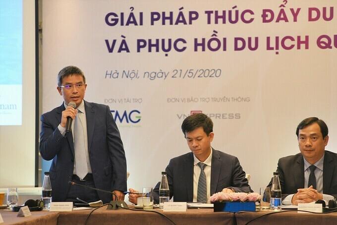 Ông Trần Trọng Kiên (ngoài cùng bên trái) phát biểu tại hội nghị do VnEpress phối hợp tổ chức 21/5 về thúc đẩy du lịch nội địa và phục hồi du lịch quốc tế sau dịch.
