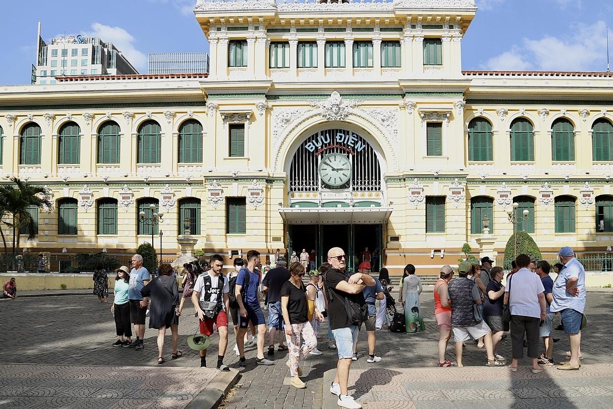 Du lịch Việt Nam đang tìm cách kết nối lại với du khách quốc tế, trước mắt là những thị trường kiểm soát dịch bệnh tốt. Trong ảnh, du khách nước ngoài tham quan Bưu điện Thành phố giữa tháng 2/2020. Ảnh: Tâm Linh.