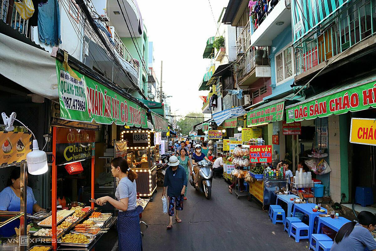 Hiện hẻm chợ Lê Hồng Phong dài khoảng 1km luôn tấp nập người xe, có vài chục hàng quán bán món ăn từ sáng đến khuya. Ảnh: Tâm Linh.