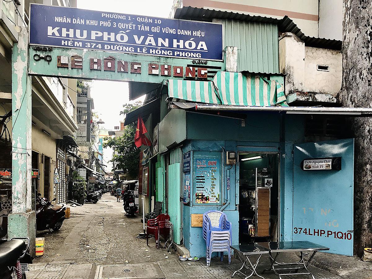 Cổng chính của chợ, cũ kỹ dựng trước lối nhỏ, khiến nhiều người mới tìm đến khó định vị lối vào. Ảnh: Tâm Linh.