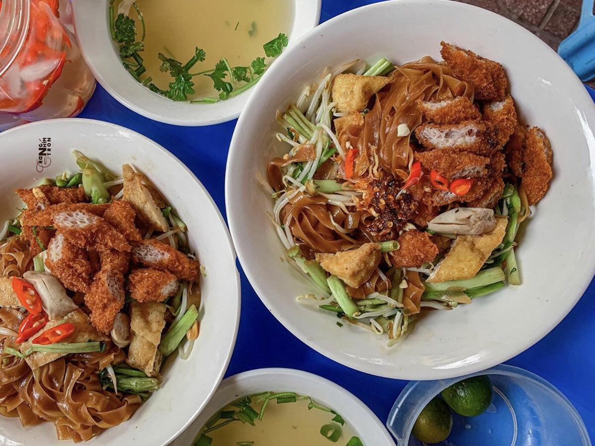 Bát bánh đa trộn gồm đậu rán, giò tai, thịt nướng, rau muống, rau cần, giá, lạc, hành phi và nem chua rán. Ảnh: Trangnhimtron.