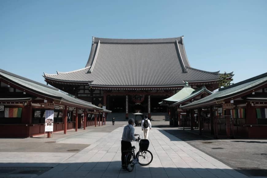 ĐềnSensoji ởAsakusa, thủ đô Tokyo hôm 25/4. Trước đại dịch, nơi đây luôn chật kín khách du lịch quốc tế. Ảnh: Bloomberg.