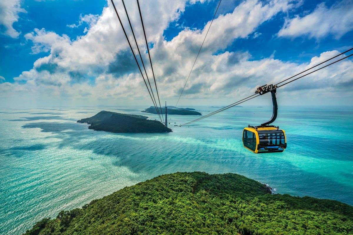 Xuất phát từ cảng An Thới, cáp treo đưa du khách qua vùng biển xanh như ngọc, ôm trọn Hòn Rơi và Hòn Thơm. Ảnh: Shutterstock.