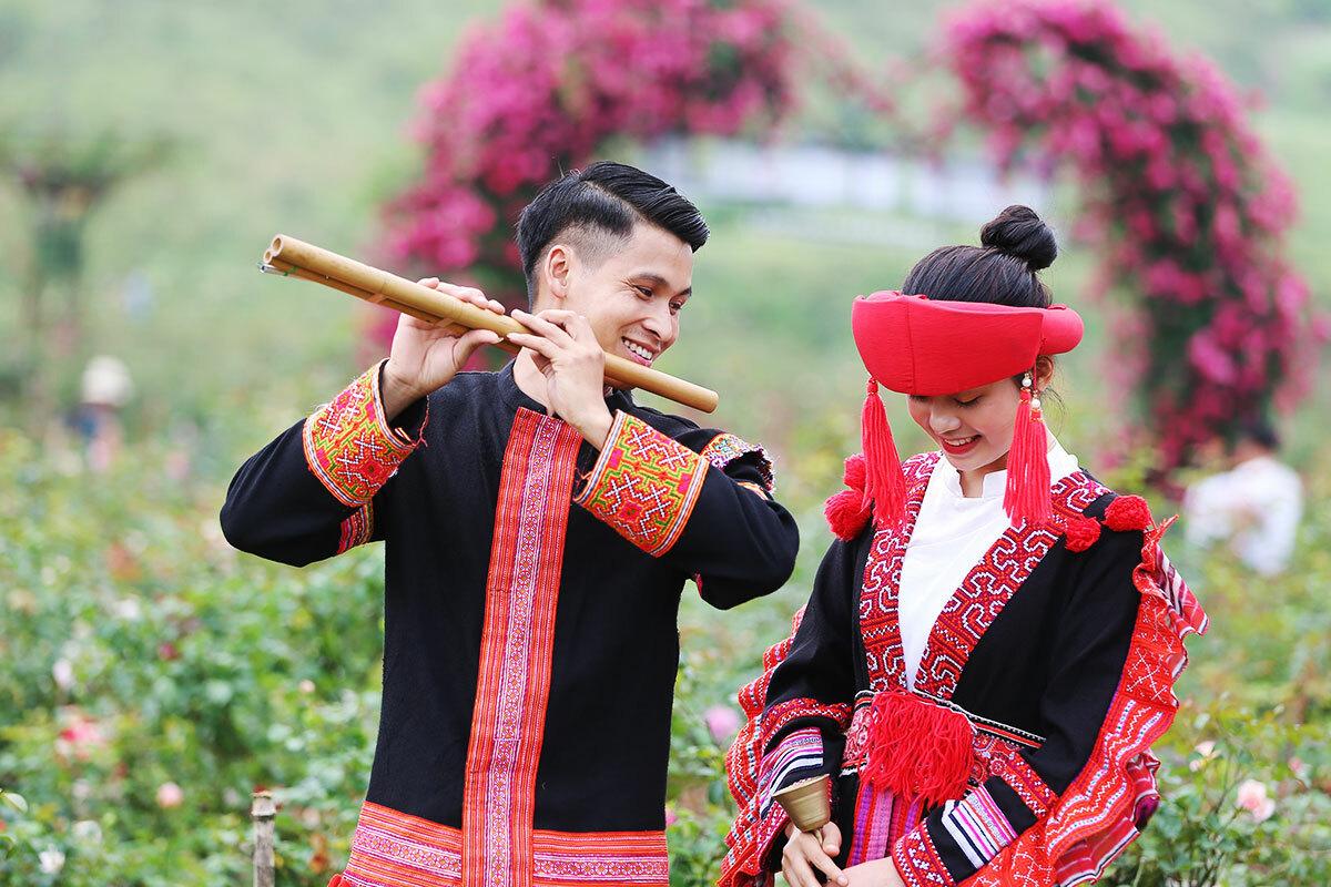 Khách tham quan có thể thuê những trang phục truyền thống của đồng bào dân tộc Tây Bắc để chụp ảnh trong thung lũng hoa.
