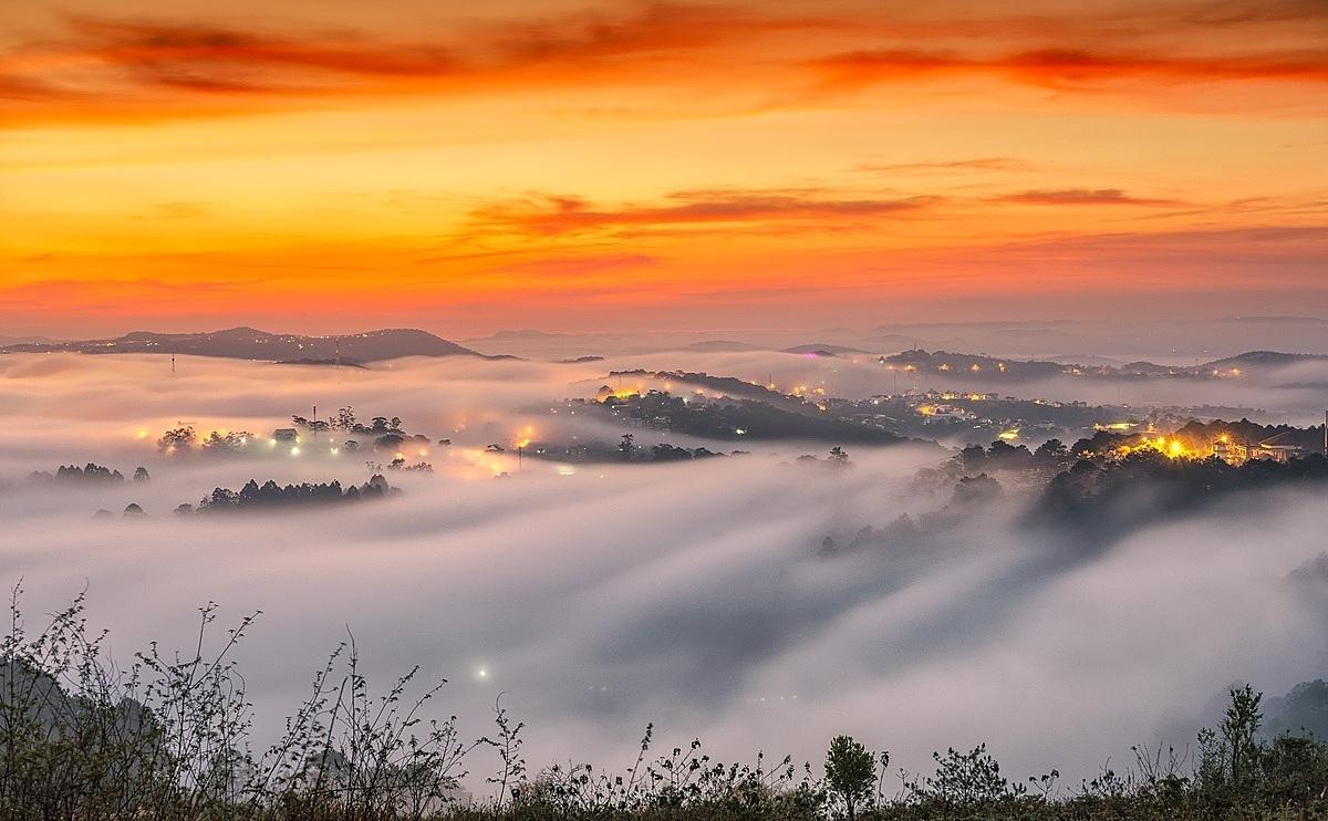 Đà Lạt Thờiđiểm nghỉ lễ cũng là lúc bắt đầu vào mùa săn mây ở thành phố sương mù. Địa điểm ngắm mây vừa có tầm nhìn đẹp, vừa dễ di chuyển tọa lạc ở đồi chè Cầu Đất, đồi Trại Mát, hồ Suối Vàng, đồi Thiên Phúc Đức, Hòn Bồ, núi Radar... Muốn nhìn thấy biển mây bồng bềnh, du khách phải vượt qua cái lạnh để có mặt tại địa điểm ngắm từ lúc mặt trời chưa ló dạng. Sau khi săn mây, nếu không muốn đến những điểm tham quan đông đúc, bạn có thể dừng chân tạinhững quán cà phê giữa núi rừng. Hành trình dichuyển đếnĐà Lạt bằng xe khách từ TP HCM khoảng300km,có giávé khoảng 250.000 đồng một người, hoặc máy bay từ TP HCM và Hà Nội với giá vé từ 500.000 đồng một chiều.Ảnh:Trần Quang Anh.