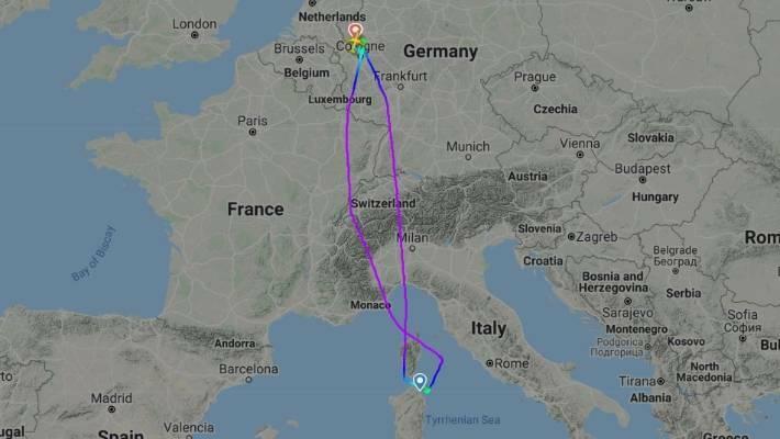 Chiếc Airbus A320 bay vòng quanh sân bay với hy vọngđược phép hạ cánh, nhưng điều đó đã không xảy ra. Ảnh:Flight Radar.