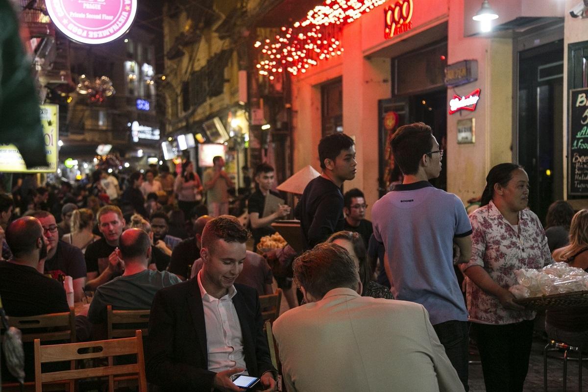 Tạ Hiện, Lương Ngọc Quyến là một trong những tụ điểm vui chơi, giải trí về đêm lớn nhất trong thành phố. Ảnh: Lamle.