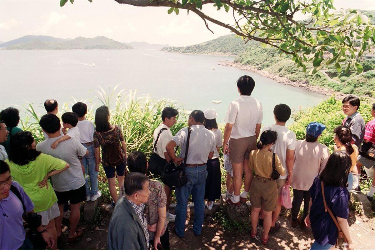 Đám đông hiếu kỳ xem thợ săn cá mập Vic Hislop vào việc ở bờ biểnSilverstrand thuộc bán đảo Sai Kung, sau vụ cá mập tấn công tại đây năm 1993. Ảnh: SCMP.