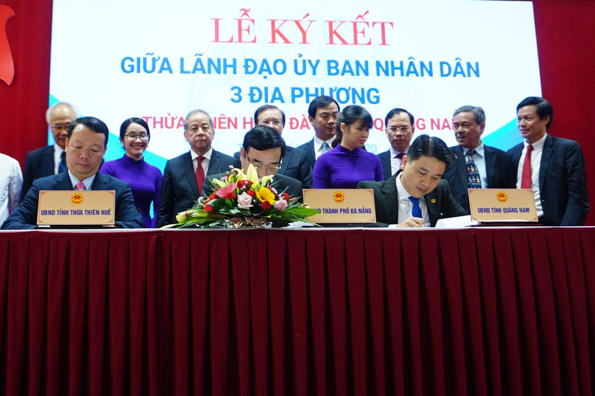 Lãnh đạo 3 tỉnh ký cam kết hợp tác phát triển du lịch. Ảnh: Võ Thạnh