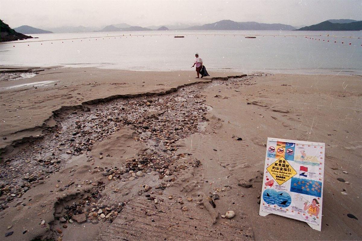Bảng hiệu cảnh báo và vành đai an toàn trên bãi biển vịnhSilverstrand cùng thuộc quận ngoại ô Sai Kung xuất hiện sau hai vụ cá mập tấn công tại đây năm 1993. Ảnh: SCMP.