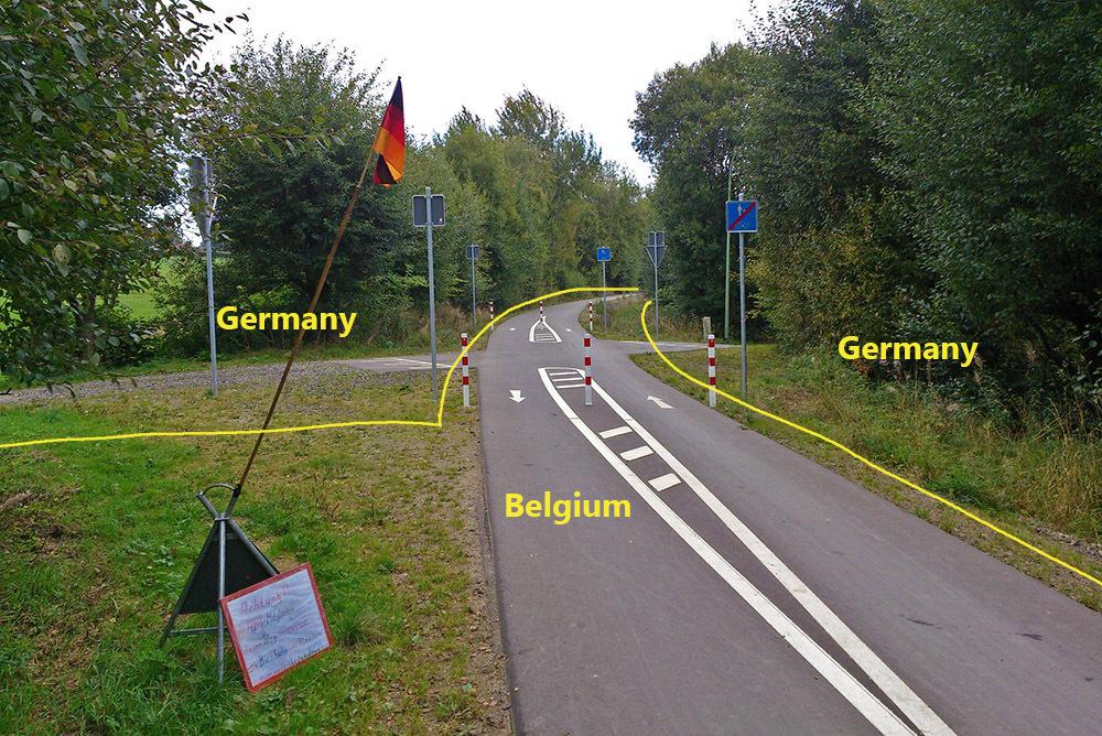 Tuyến đường sắt cũ (nay là tuyến đường dành để đạp xe) của Bỉ chia nước Đức làm hai. Ảnh: Amusing Planet.