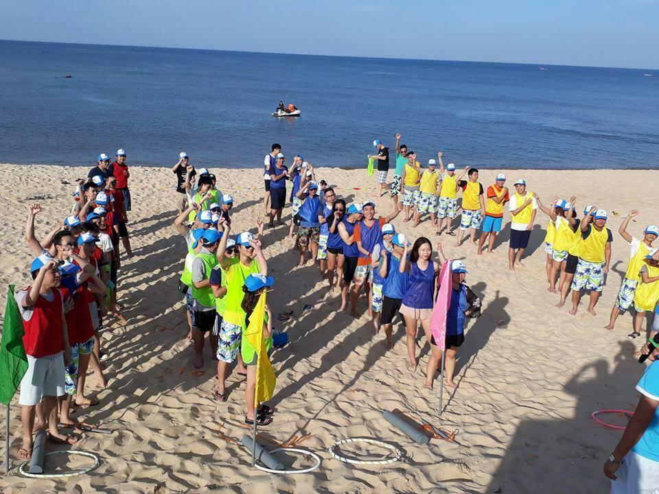 Biển Nhật Lệ, Đồng Hới, Quảng Bình mang nét hoang sơ với nền cát trắng phau và dòng nước biển trong xanh, bãi tắm không sâu,  rất an toàn với du khách.