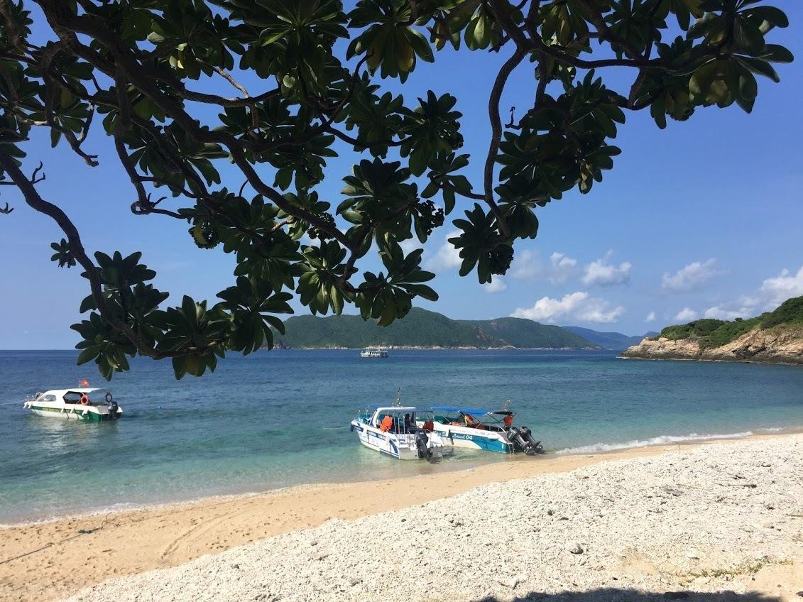 Côn Đảo nổi tiếng với những bãi tắm hoang sơ, nước biển trong xanh, rừng nguyên sinh được bảo tồn nguyên vẹn. Du khách còn muốn đến nơi đây để thắp nén nhang thơm cho chị Võ Thị Sáu và các chiến sĩ cách mạng đã ngã xuống.