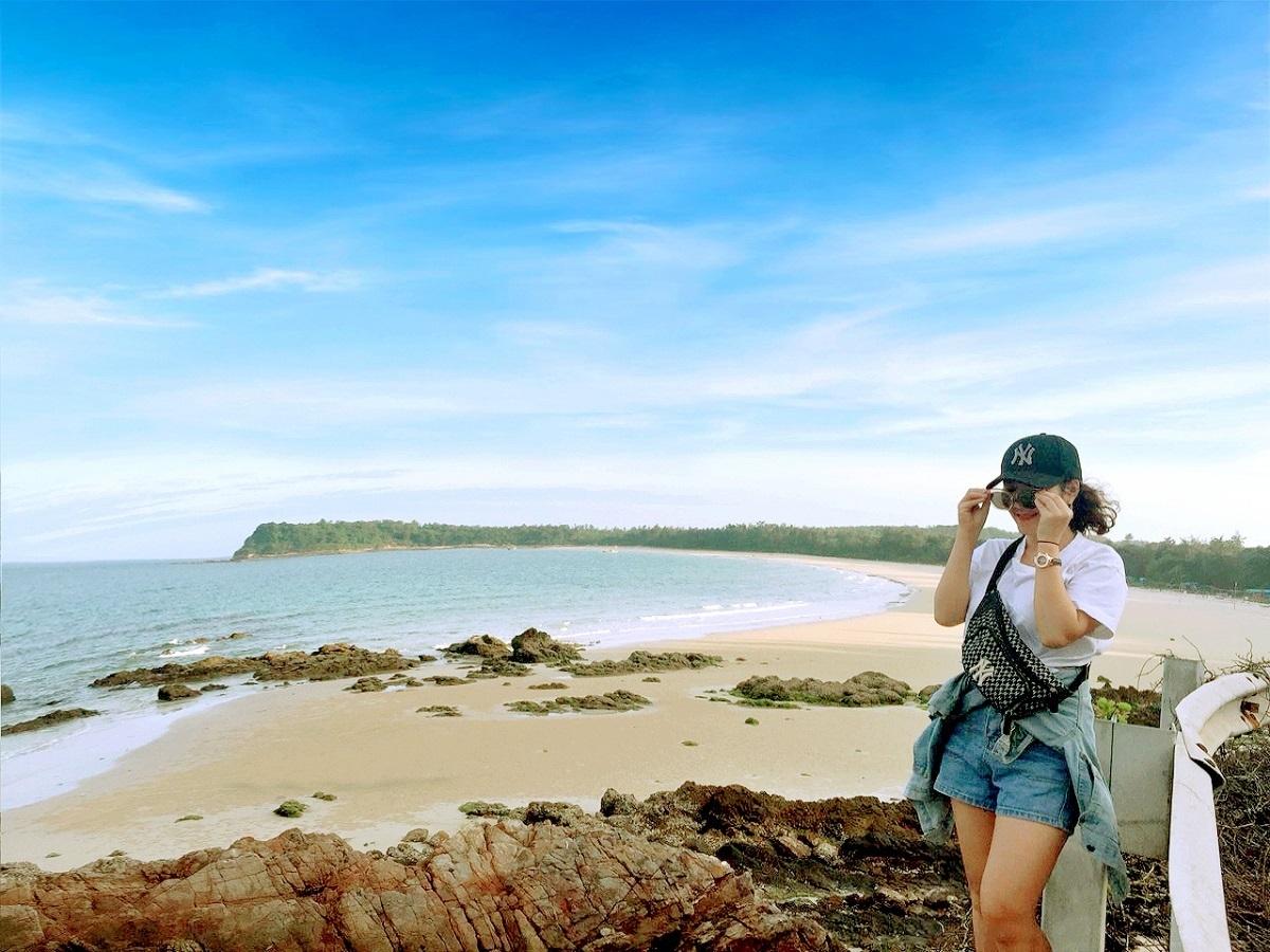 Nằm trong vịnh Bái Tử Long, du lịch Quan Lạn ở Vân Đồn, Quảng Ninh nổi tiếng với những bãi tắm đẹp, nước trong vắt, bờ cát trắng bên những rặng phi lao. Du khách đến đây có cơ hội được tham quan làng chài, thưởng thức hải sản và tìm hiểu cuộc sống của ngư dân và quần thể di tích lịch sử.