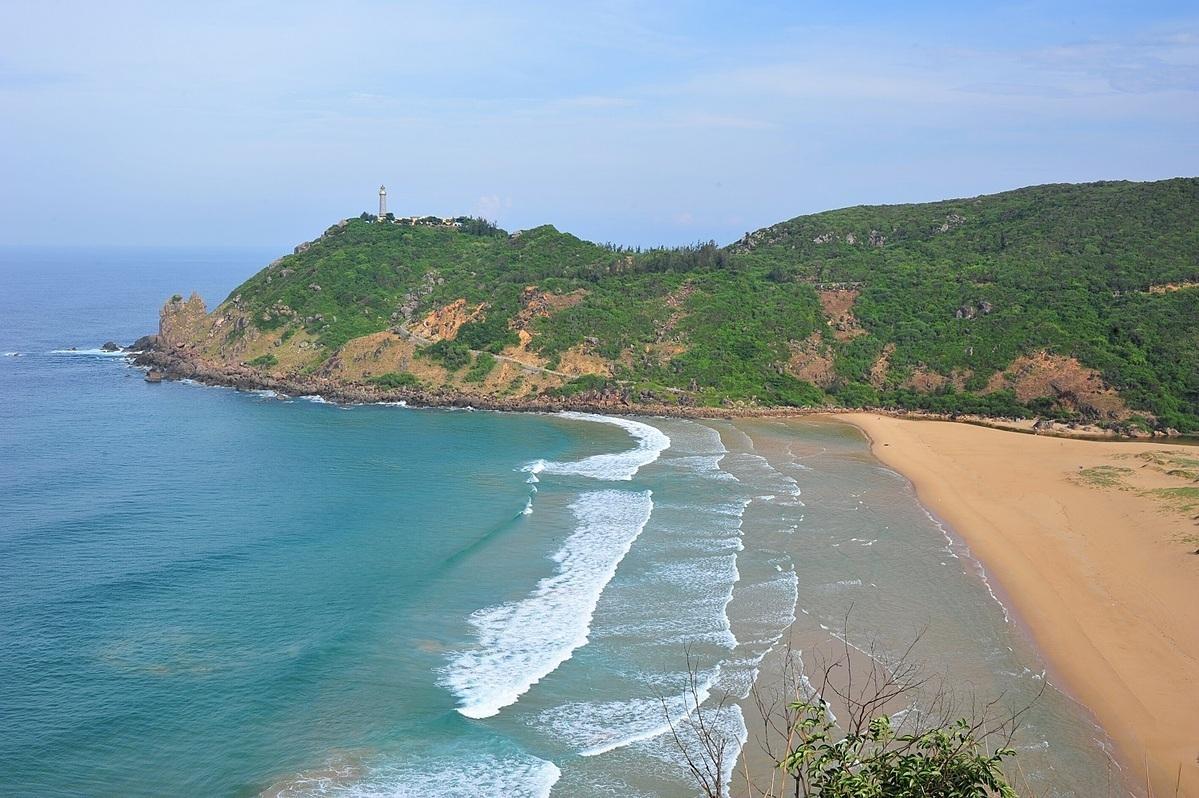 Những bãi biển của Phú Yên trải dài, trong xanh, không gian bình dị, hoang sơ như: Bãi Xép, bãi Môn, vịnh Vũng Rô, gành Đá Đĩa... Du khách đến đây có thể khám phá cuộc sống bản địa, thưởng thức hải sản.