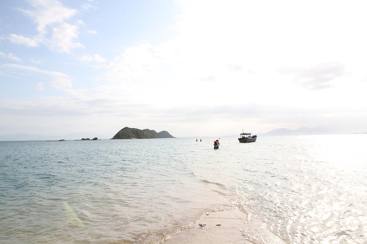 Nằm ở tỉnh Khánh Hòa, thành phố Nha Trang được Lonely Planet bình chọn là vịnh biển đẹp nhất thế giới. Ngoài bãi biển đẹp, Nha Trang có nhiều khu vui chơi giải trí để du khách nghỉ ngơi sau những giờ phút nô đùa trên sóng.