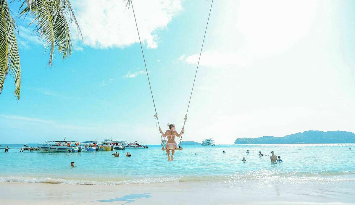 Nếu bạn đang kiếm tìm một điểm đến với những bãi biển hoang sơ, những khu rừng xanh mướt thì đảo Phú Quốc là điểm đến lý thú. Ngoài bãi biển, nơi đây có những di tích lịch sử, hải sản tươi ngon, thăm các làng chài, nhà thùng nước mắm, vườn hồ tiêu xanh...