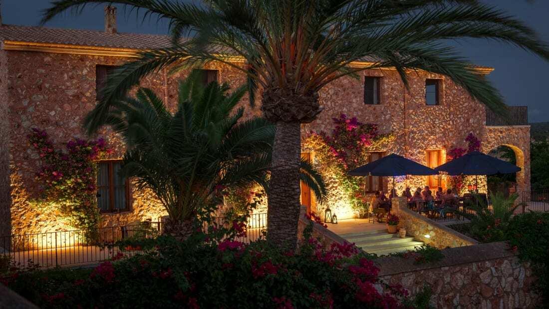 Skinny Dippers Mallorca thường phục vụ những bàn ăn lớn, 24 chỗ một lần. Và họ sẽ phải phục vụ các bàn riêng biệt trong mùa hè năm nay, nếu bắt đầu đón khách. Ảnh: CNN.