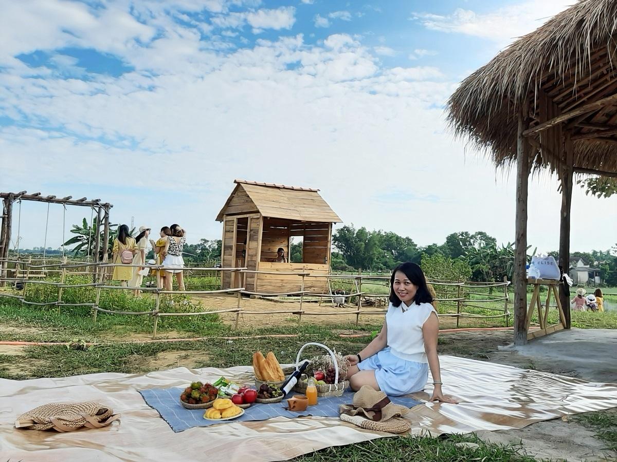 Nông trại mở cửa từ 5h đến 21h, vé 30.000 đồng một người. Du khách có thể thoái mái vui chơi, không giới hạn giờ. Nhiều gia đình trải bạt, mang theo đồ ăn, ngắm cảnh theo dạng picnic.