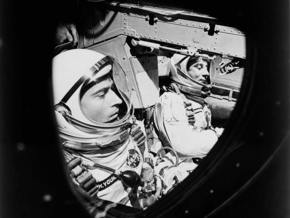 John Young (trái) vàGus Grissom trước giờ khởi hành. Ảnh:NASA.