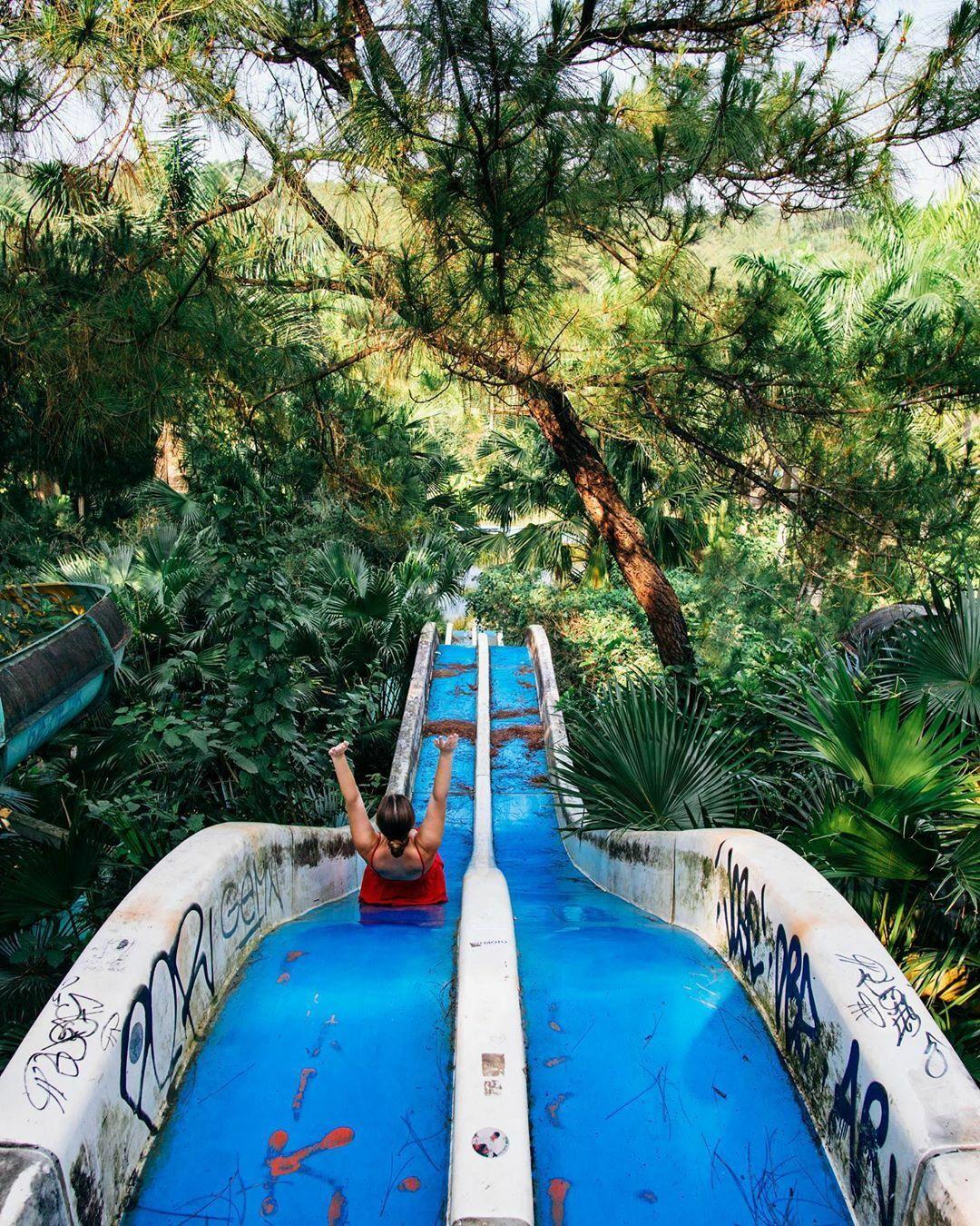 Arijana Tkalčec - blogger du lịch Croatia- thích thú khi trải nghiệmcầu trượt nước. Trên trang cá nhân, cô cho biết sau khi xem tất cả bức ảnh và nghe những câu chuyện về công viên nước bỏ hoang ở Huế, côtự nhủ nhất định phải ghé đây nếu đến Việt Nam... Đây là nơi đáng kinh ngạc và tôi buồn khi thấy nó bị bỏ rơi.... Arijana nói công viêncó chút đáng sợ, đường dẫn đến các đường trượt hoàn toàn nằm trong bụi rậm, mọi thứ đềuyên tĩnh và bao quanh làmàu xanh. Nó thật đẹp nhưng kỳ lạ... Rất nhiều người dân địa phương tập thể dục quanh hồ vào buổi sáng, vì vậy đừng lo lắng, cô viết. Ảnh:Instagram Shipped Away.