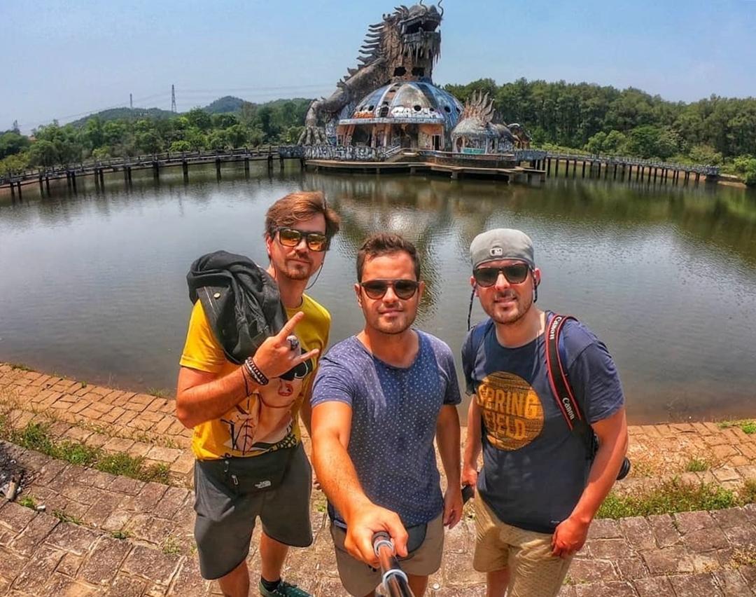 Nhiều du khách ghi lại cảnh quan ben hồ nước nổi tiếng ở Huế. Cuối cùng chúng tôi đã có cơ hội chiêm ngưỡng một trong những nơi kỳ diệu nhất Việt Nam - công viên nước bỏ hoang Thủy Tiên. Nơi đây pha trộn giữa câu chuyện cổ tích và một bộ phim kinh dị, chính điều đó khiến nó trở nên đặc biệt hơn, tài khoản Soulfultravellers viết. Ảnh: Soulfultravellers.