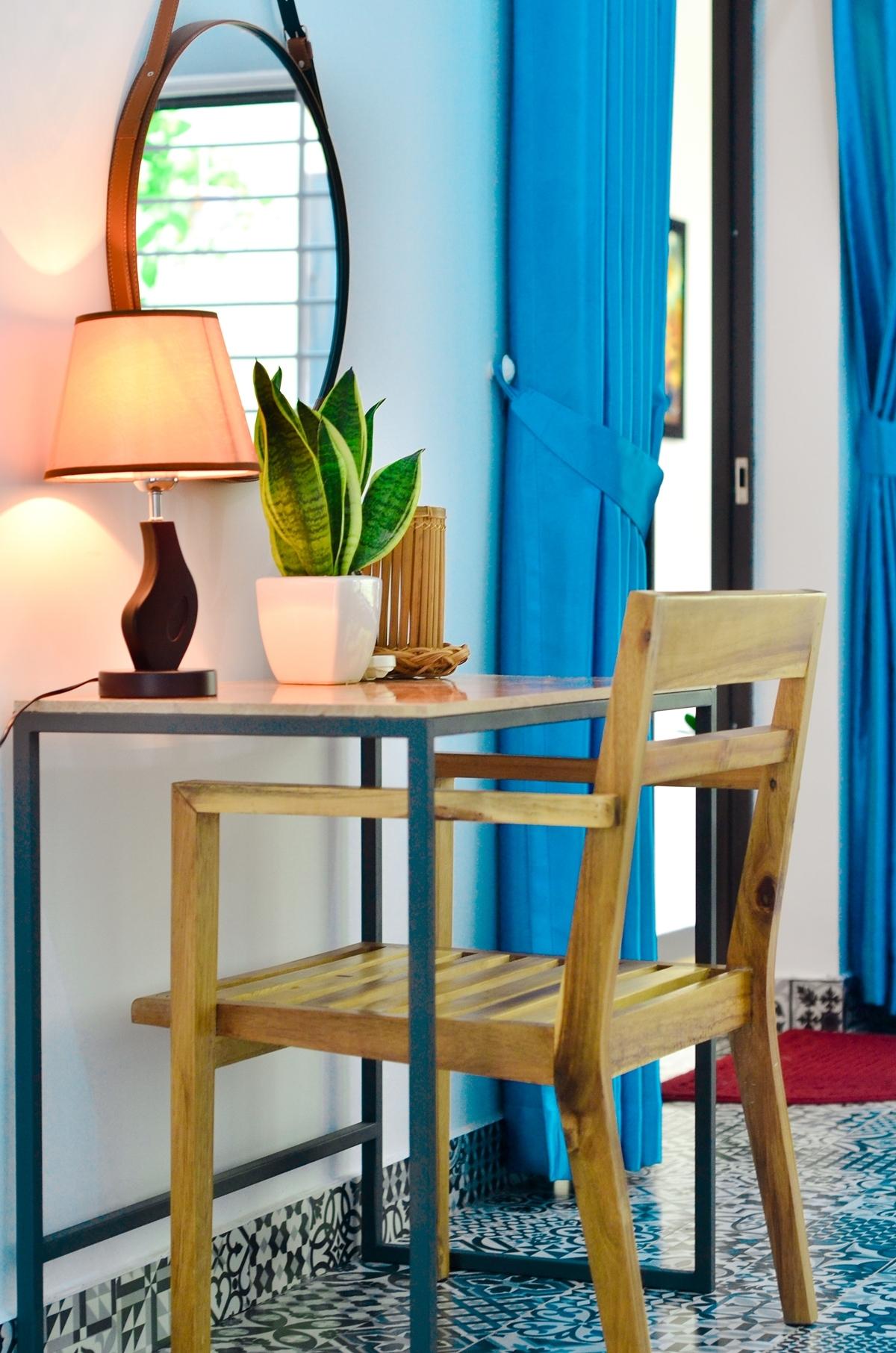 Tổng thể nội thất chủ yếu là mây tre và đồ thủ công. Tủ treo quần áo, bàn ghế và gương soi... đều đồng điệu với nhau.