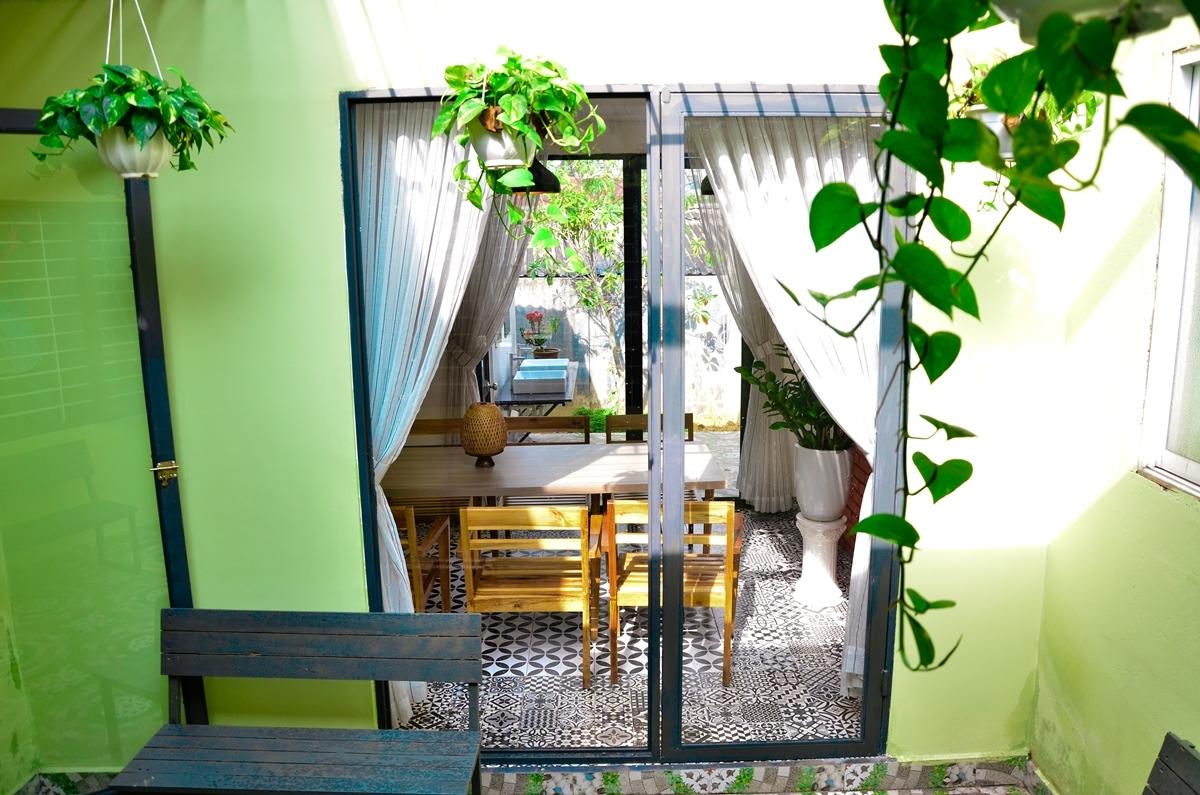 Từ căn nhà cấp 4 với diện tích 200 m2 (gồm cả sân vườn), cô cải tạo thành không gian mở, giúp du khách có cảm giác dễ chịu, vừa nghỉ dưỡng, vừa bình yên và quen thuộc như chính căn nhà của mình.