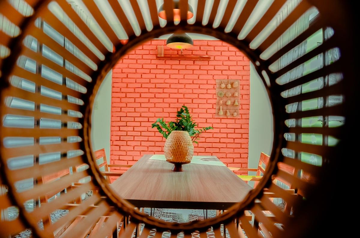 Homestay gồm 4 phòng ngủ, phòng ăn, bếp..., điểm nhấn là những ô vuông từ bình phong, mảng tường gạch, vòm cửa và nội thất...
