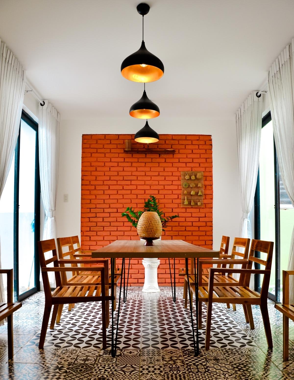 Gia chủ lý giải không gian nội thất kết hợp tone trung tính và màu sắc của gỗ, đồ dùng mây tre gợi lên chất Á Đông. Không gian ấm cúng hơn nhờ nội thất phong cách Đông Dương (Indochine style), khắp nơi điểm xuyết những bức tranh thêu tay truyền thống đặc trưng văn hoá Việt Nam.