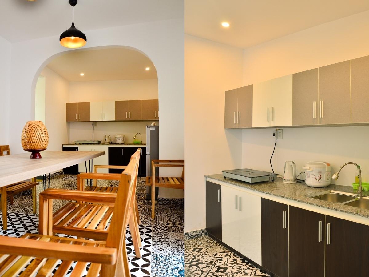 Phòng ăn và phòng bếp thông nhau, khách có thể thoải mái nấu ăn, trò chuyện và giao lưu, kết nối.