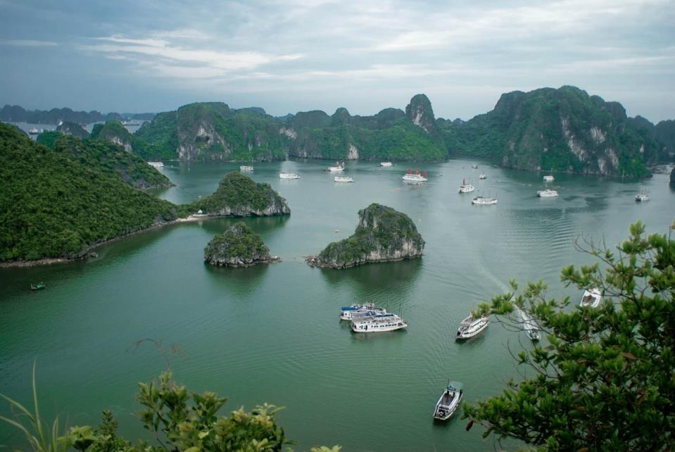 Hiện nay, du khách muốn trải nghiệm nhiều vịnh trong hành trình phải mua nhiều đường tour riêng lẻ chứ không có đơn vị nào khai thác cả 3 vịnh. Ảnh:Thanh Sơn.
