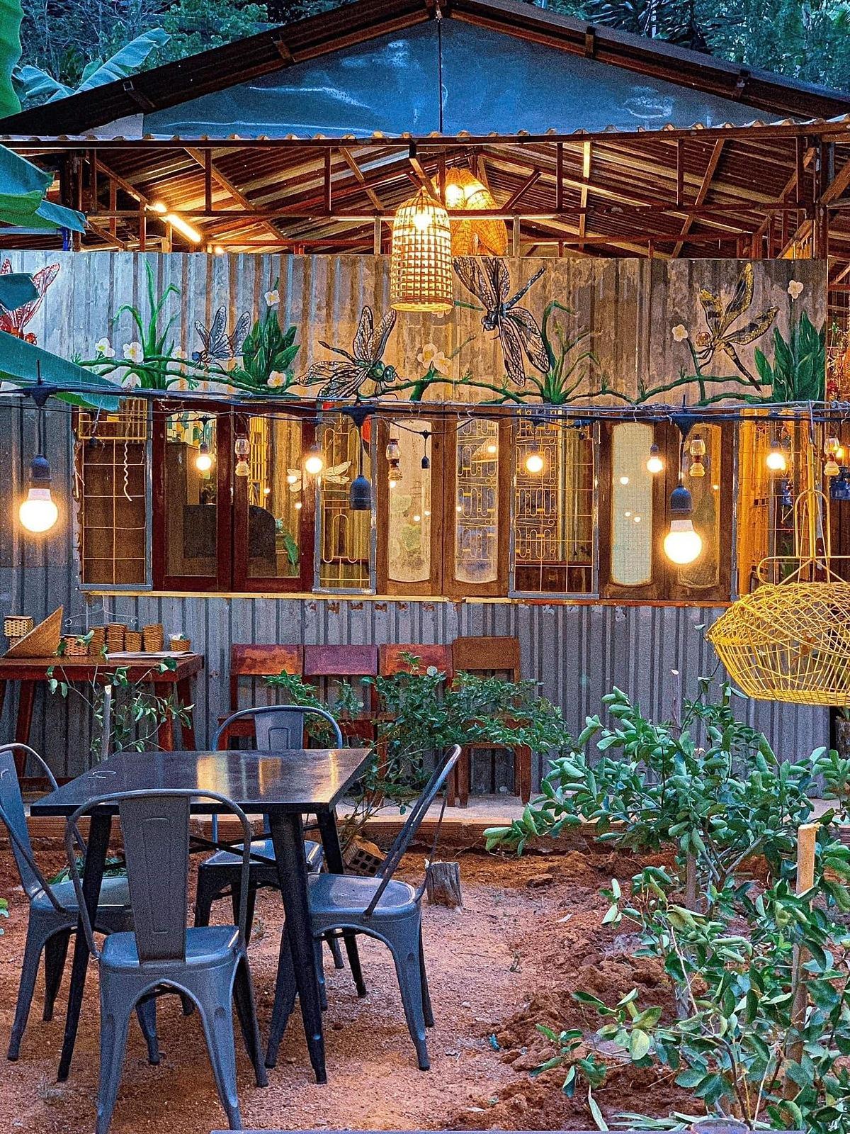 Họa tiết trang trí tại quán đều mang phong cách miền quê với cánh chuồn chuồn bên bờ ao, cánh diều no gió, những cánh đồng lúa chín và những hôm xắn quần lội ruộng bắt ốc.