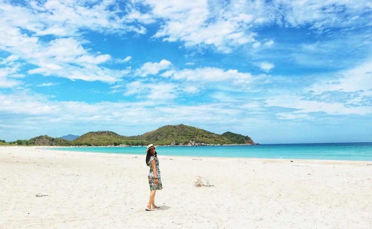 Vùng biển sóng êm với dải cát trắng.