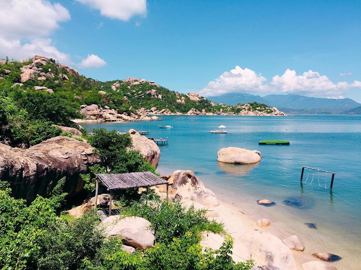 Vùng biển hoang sơ trên đảo Bình Lập.