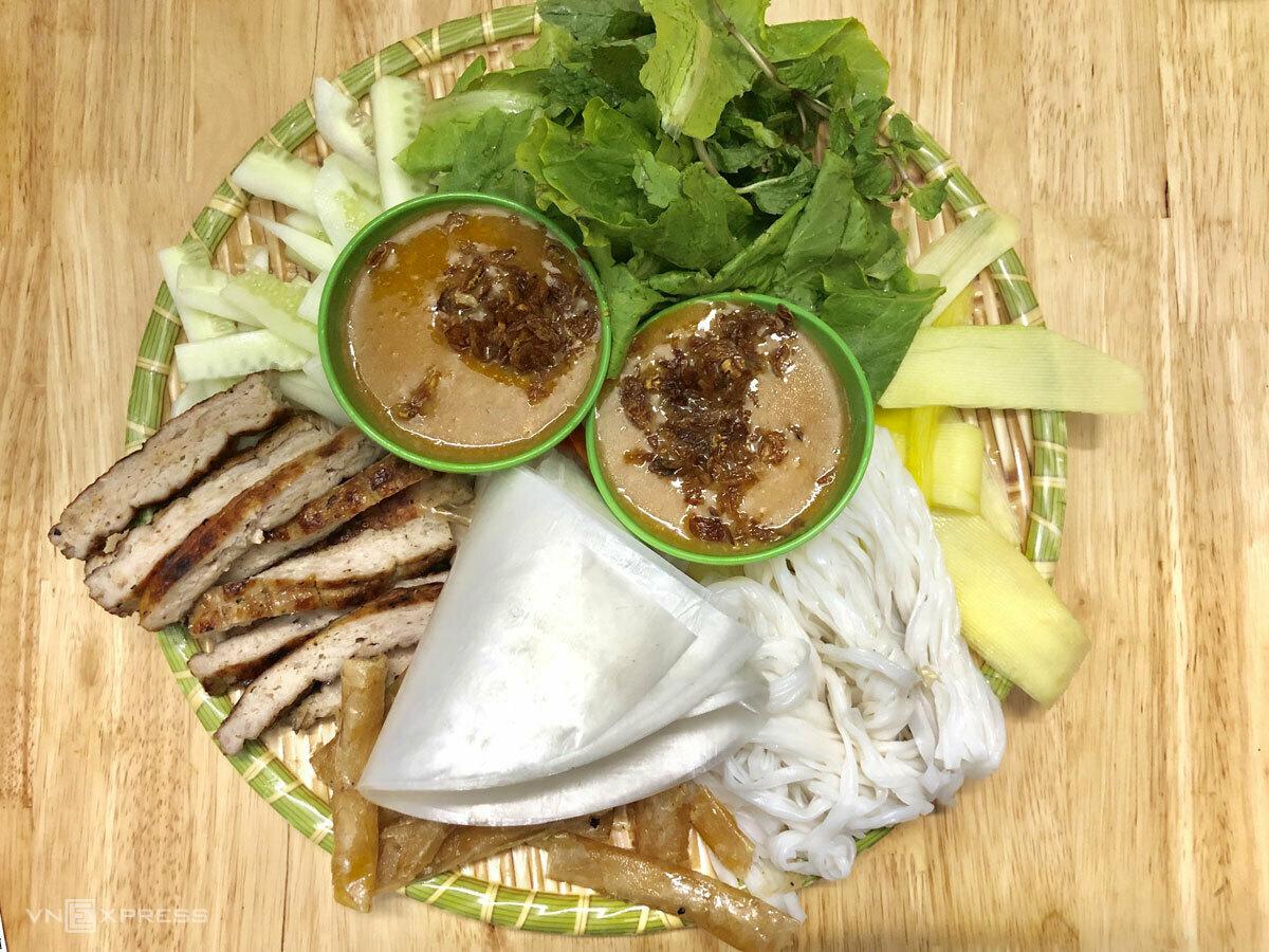 Trong hình là hai suất nem nướng Nha Trang đầy đủ ở Hà Nội dành cho hai người, có giá 70.000 đồng. Ảnh: Ngân Dương.