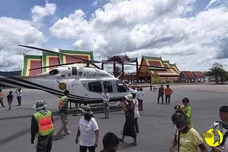 Máy bay của thiếu tướngSongmoolnak đỗ trong sân chùa. Ảnh: Bangkok Post.