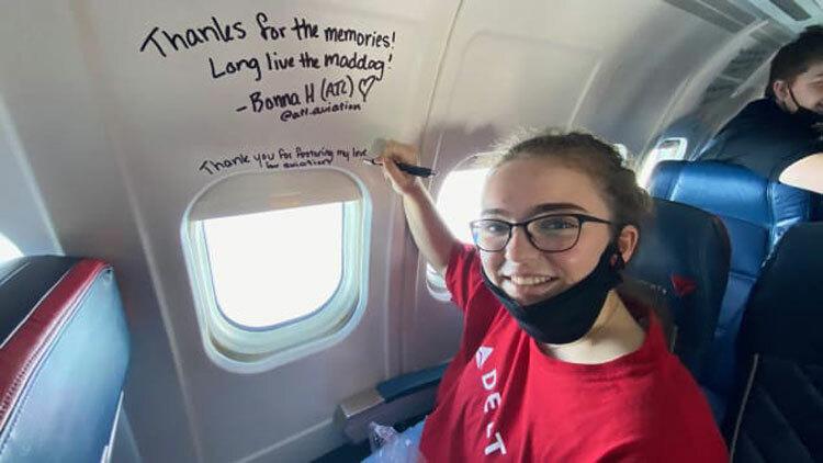 Hành khách ghi lưu bút lên thân máy bay trong chuyến bay lịch sử. Ảnh: CNN.