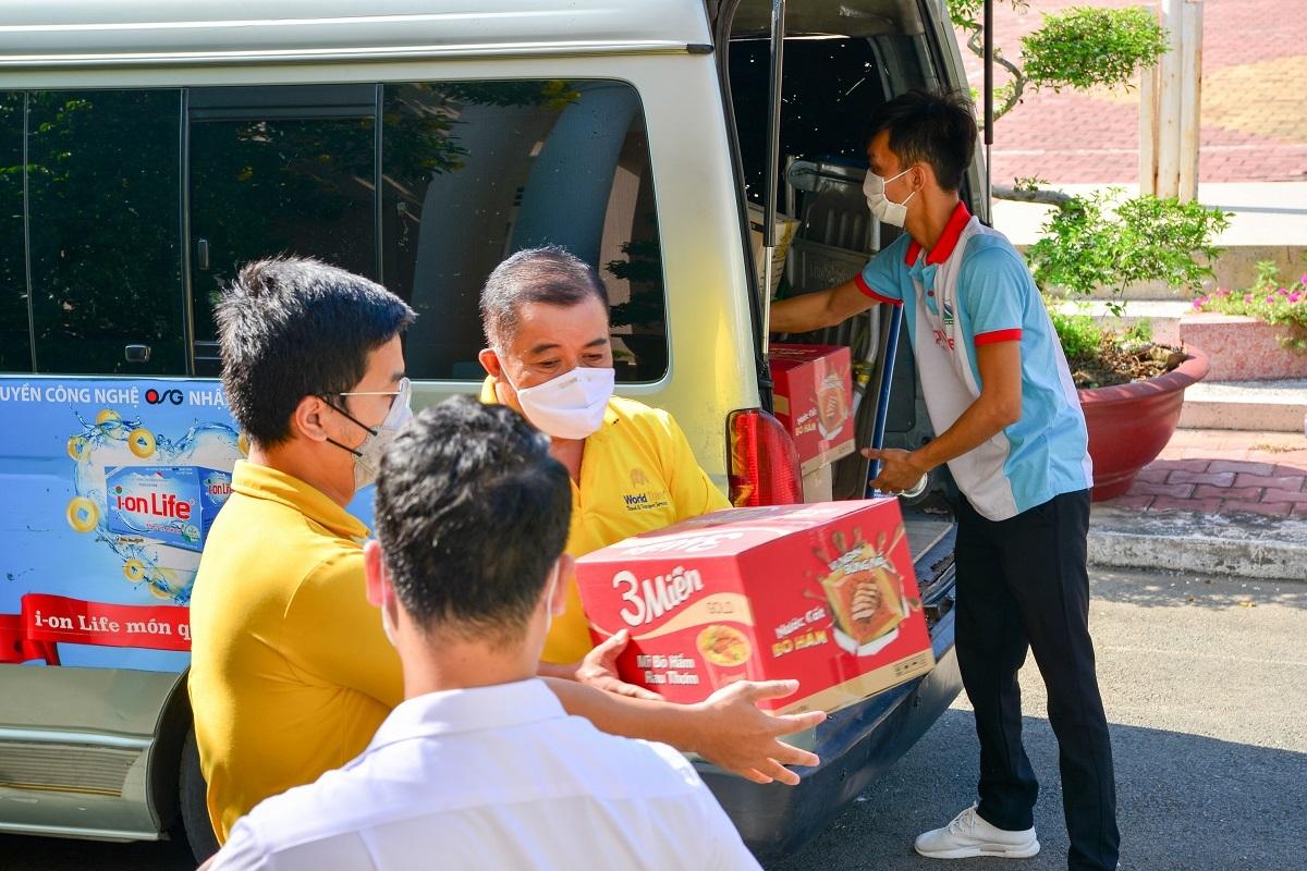 Hình ảnh công ty trao tặng hàng nghìn phần quà tạiBệnh viện dã chiến số 2   huyện Nhà Bè ngày 5/4.