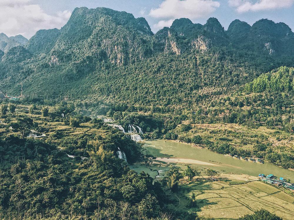 Khung cảnh thác Bản Giốc nhìn từ chùa Phật Tích Trúc Lâm.