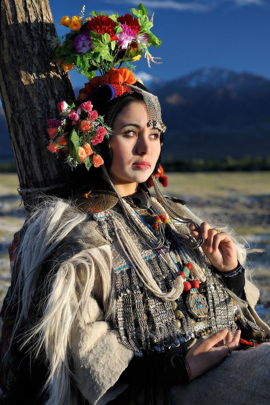 Một phụ nữ Drokpa trong trang phục truyền thống. Ảnh:Kieron Nelson.