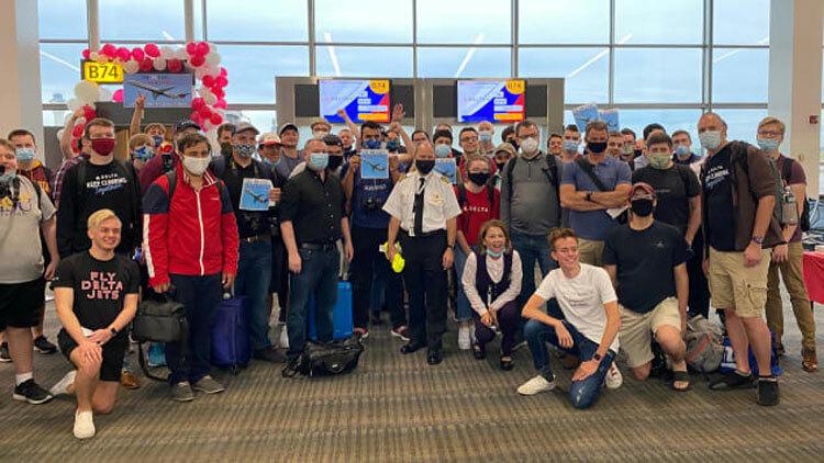 Tổ bay chụp ảnh cùng hành khách trên chuyến bay cuối cùng của máy bay MD-88. Ảnh: CNN.