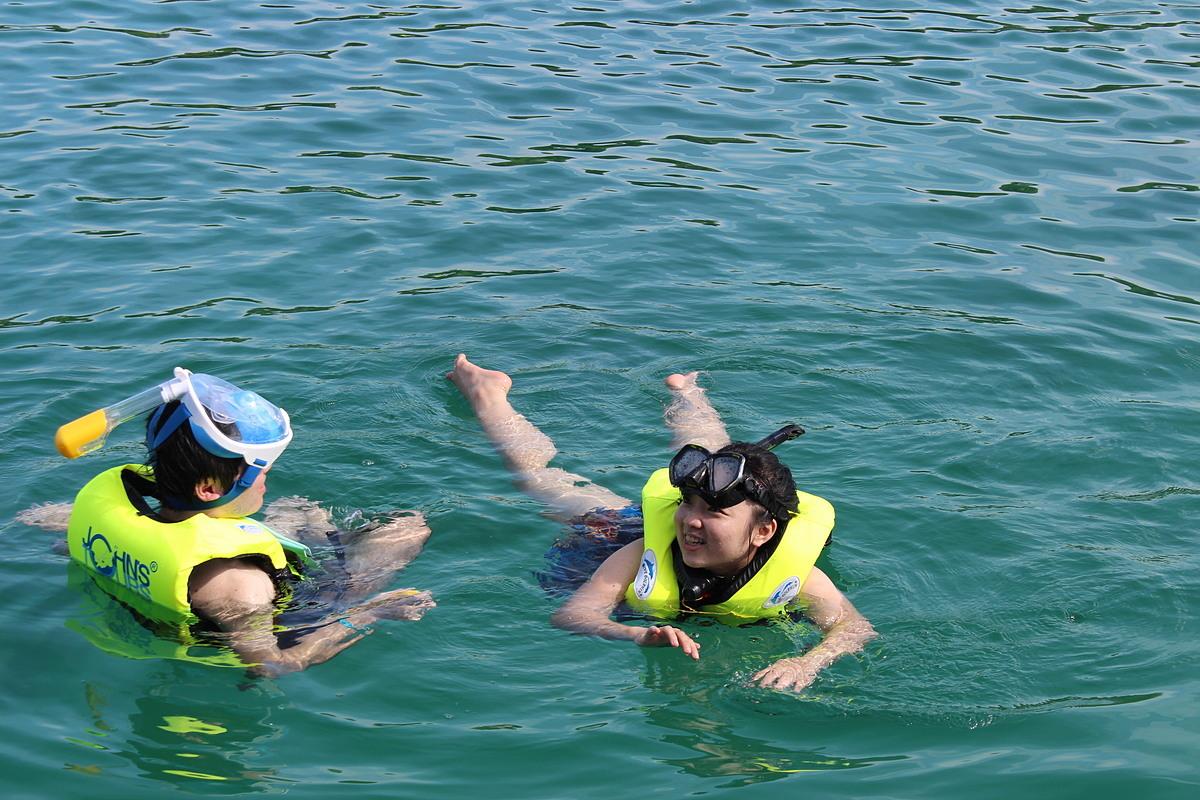 Theo ông Nguyễn Công Hoan, Tổng Giám đốc HanoiRedrours, vài năm nay, các đơn vị lữ hành Việt Nam đã phát triển sản phẩm du lịch nội địa đủ 4 mùa. Trong đó, với du lịch hè, tắm biển chỉ là một phần trong xây dựng sản phẩm.Trong ảnh: Khách tắm biển Phú Quốc. Ảnh: Nguyễn Nam.