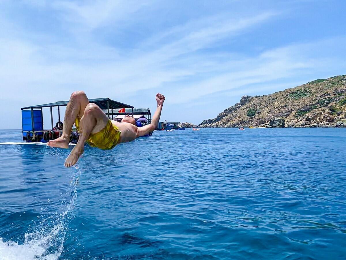 Biển ởEo Gió màu xanh thẫm.Thời điểm đẹp nhất để đến Eo Gió là từ tháng 4-9, khi trời không có bão và lòng vịnh kín gió.bên cạnh check-in cảnh đẹp,du khách có thểtrải nghiệm câu cá, lặn ngắm san hô hoặc tắm biển.Ngoài ra bạn cũng có thể thuê ca nô để ra tham quan đảo Kỳ Co, tắm biển và ăn hải sản tươi sống. Ảnh: Thành Công.