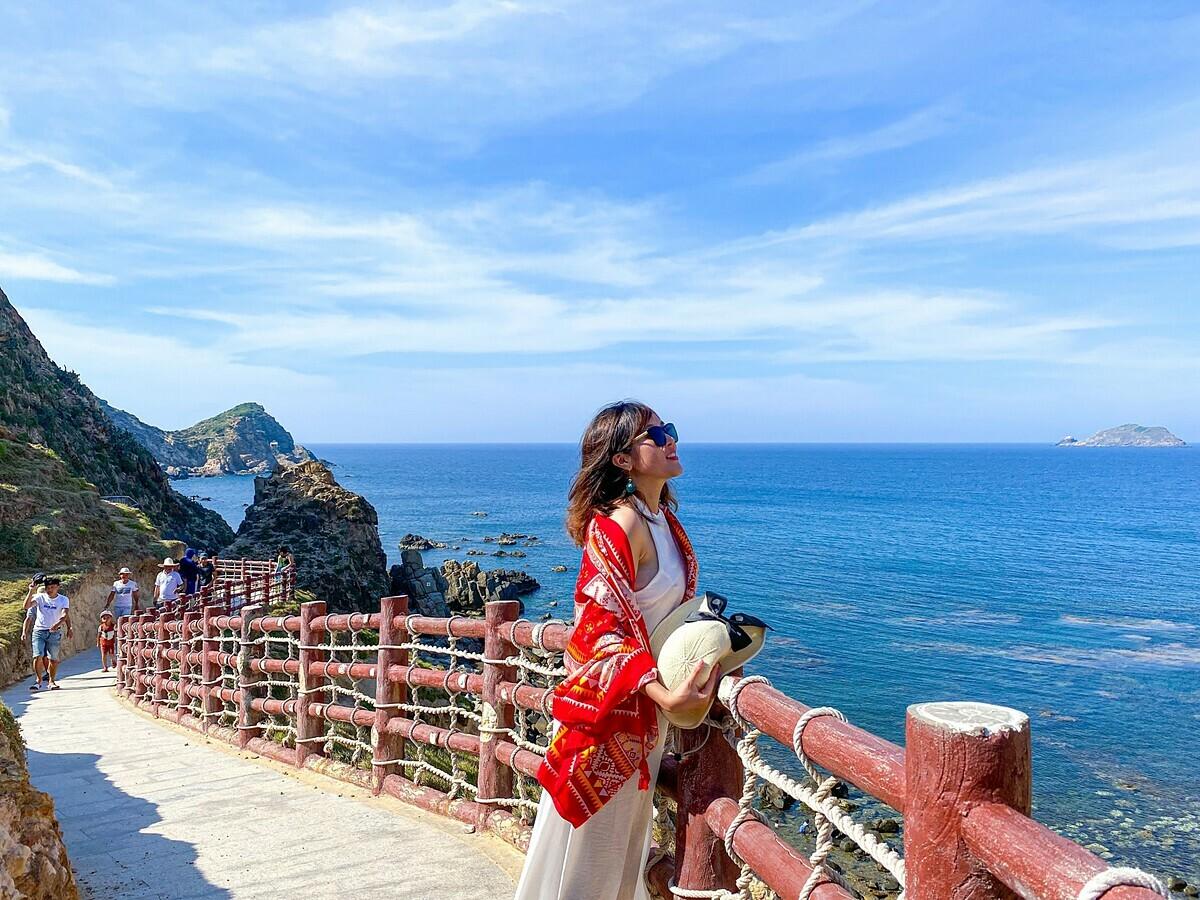 Biển ởEo Gió màu xanh thẫm, là Thời điểm đẹp nhất để đến Eo Gió là từ tháng 4-9, khi trời không có bão và lòng vịnh kín gió.bên cạnh check-in cảnh đẹp. Ảnh: Thành Công.