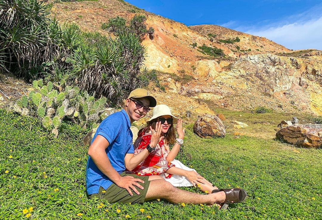 Các bạn trẻ có thể cắm trại ngay trên thảm hoa vàng cỏ xanh quanh Eo Gió. Ảnh: Thành Công.