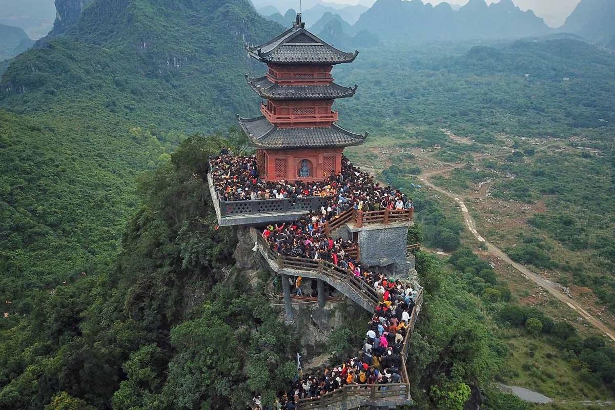 Tháp Ngọc cao 15 m là điểm đến thu hút du khách. Ảnh: Giang Huy.